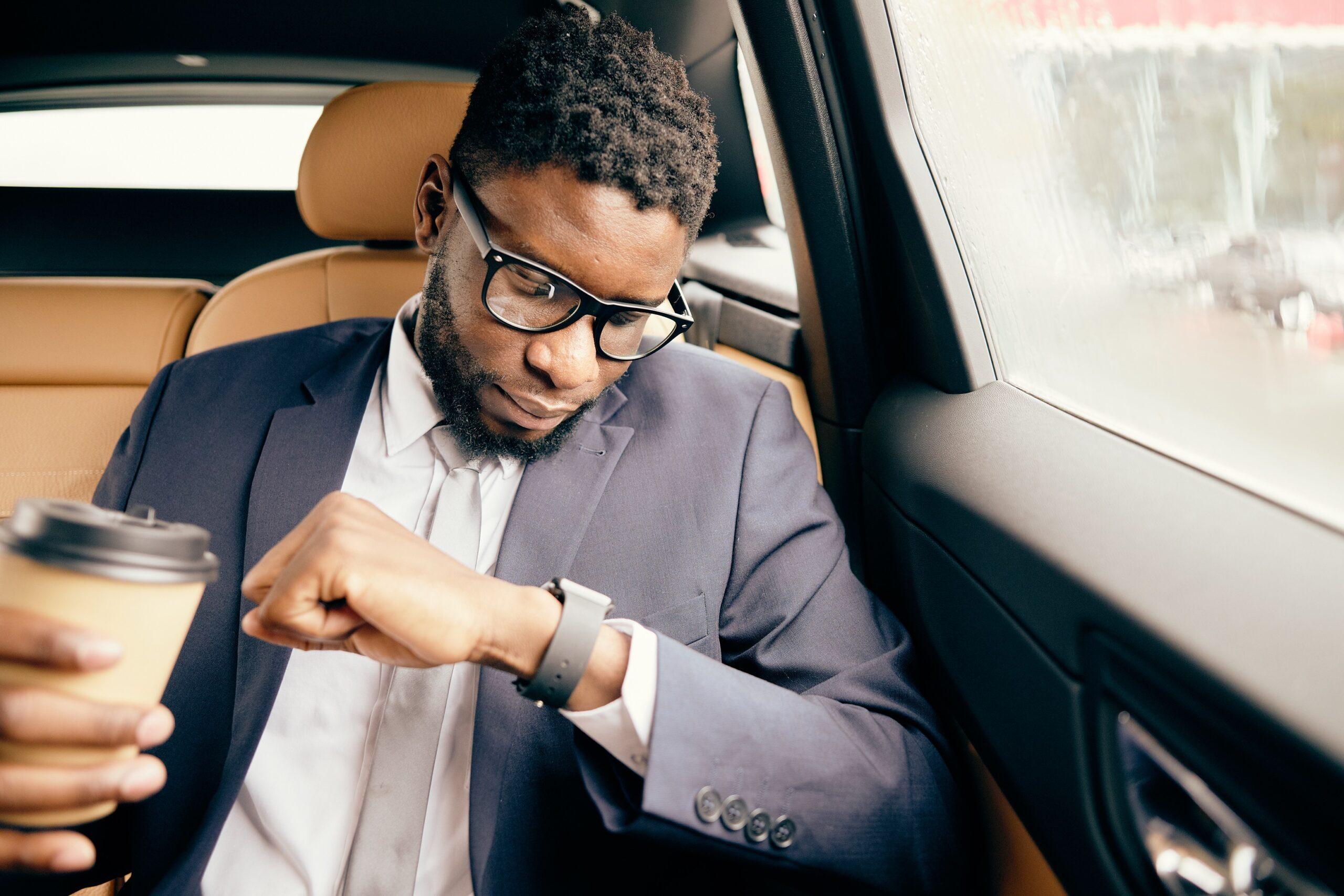 Hombre mirando Apple Watch