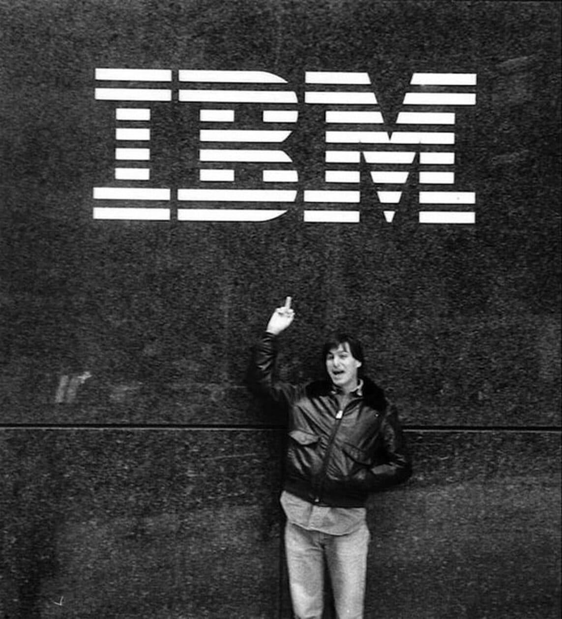 Steve Jobs le da el dedo a IBM
