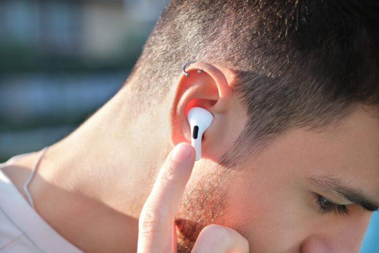 Homem mexendo em AirPods Pro na orelha