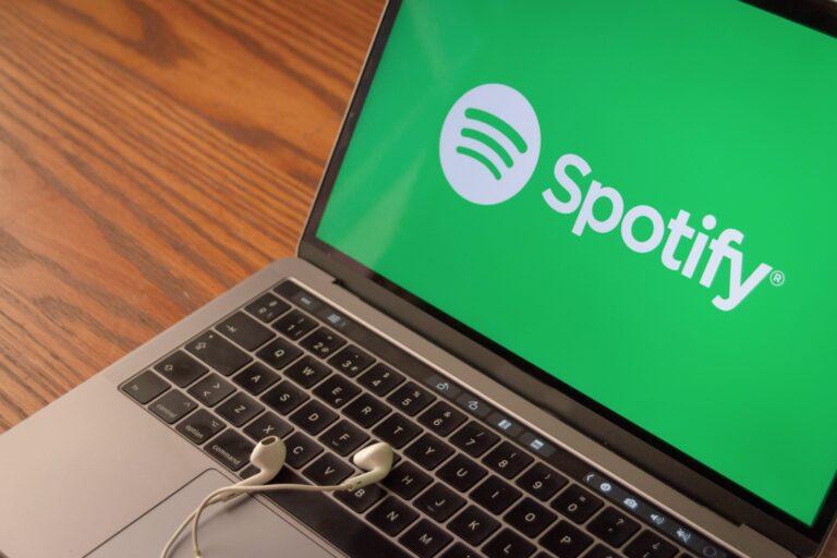 Logo do Spotify em MacBook Pro
