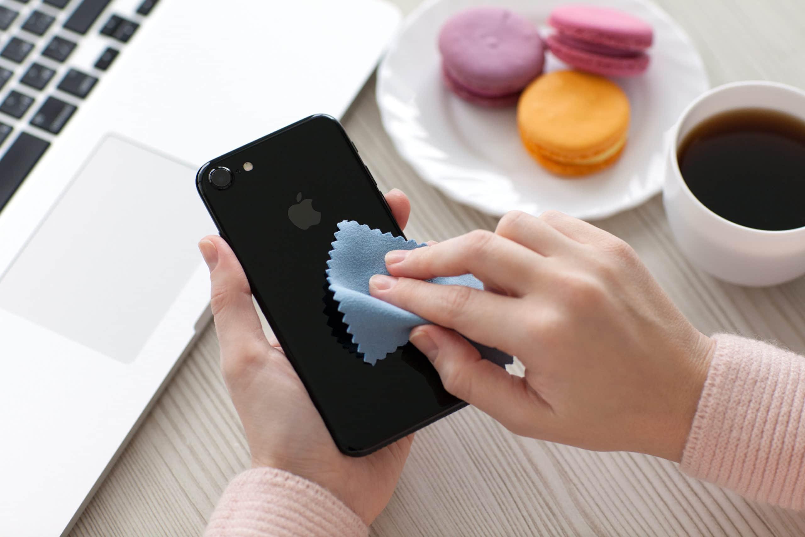 iPhone se limpia con un paño