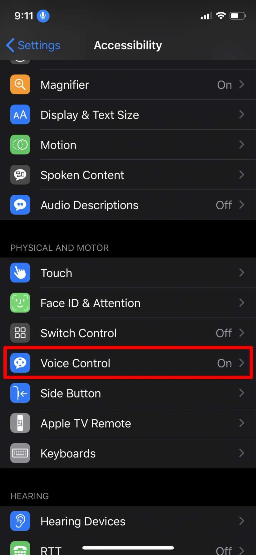 ¿Cómo se pueden crear comandos de voz personalizadas para la accesibilidad del control de voz en el iPhone y el iPad.